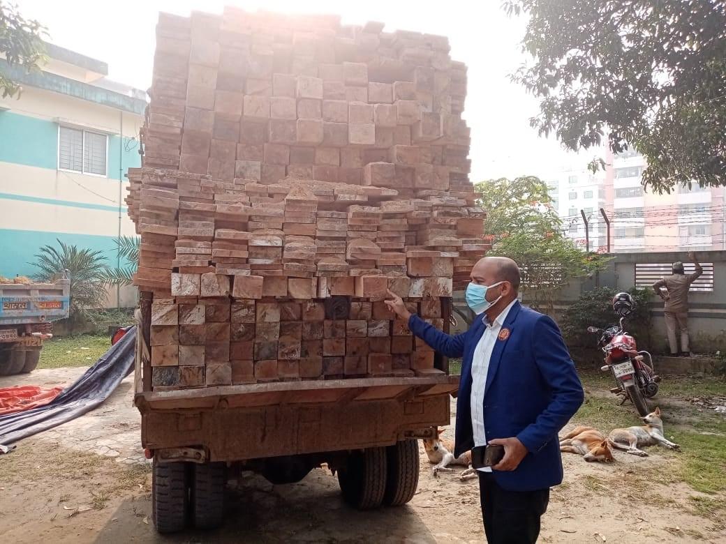 হাটহাজারীতে ইউএনও সাড়াশি অভিযানে ৩লক্ষ টাকার কাঠ জব্দ