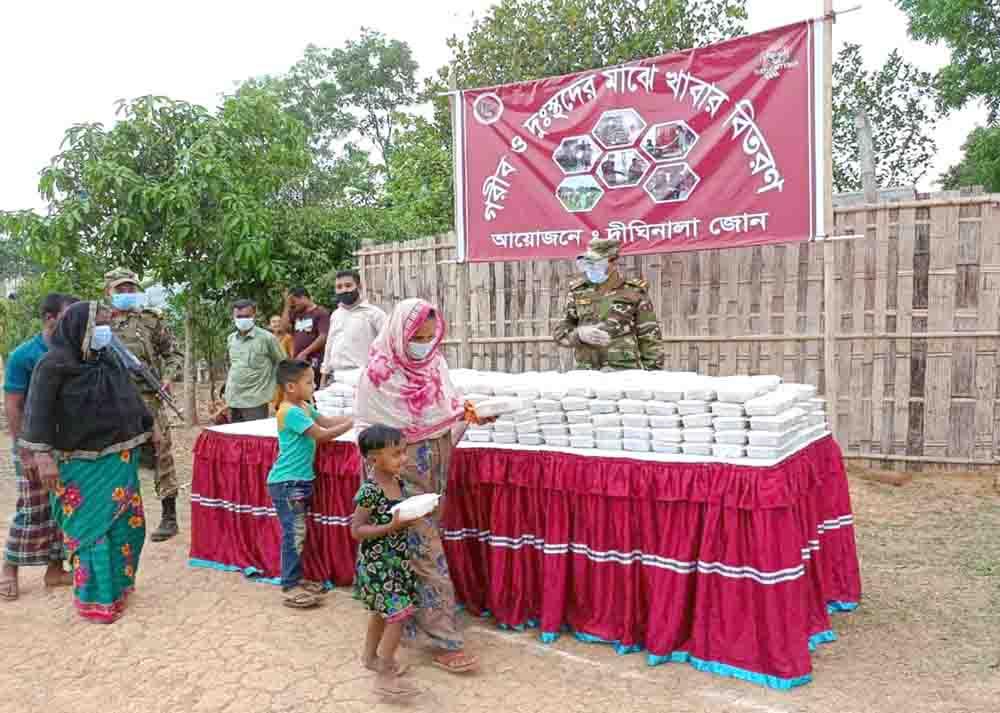 দীঘিনালায় দুস্থদের মাঝে সেনা বাহিনীর খাদ্য বিতরণ